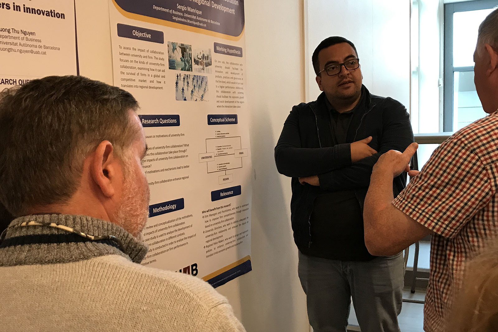 Sergio discussing his research ideas with enganement session participant...